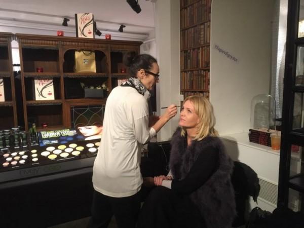 Catherine lägger Kattis makeup <3